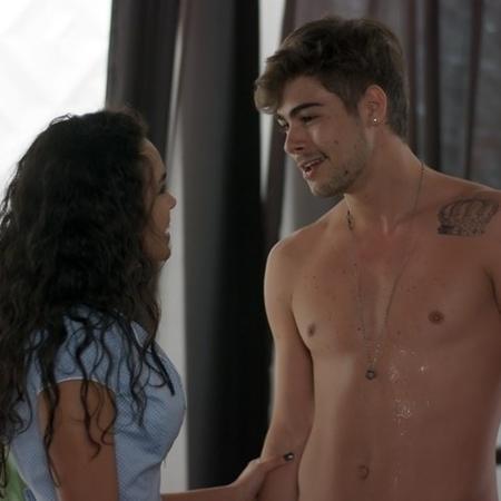 """Stefany (Giovana Cordeiro) seduz Léo Régis (Rafael Vitti) em """"Rock Story - Reprodução/GShow"""