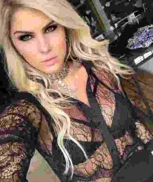 Barbara Evans usa camisa rendada com transparência - Reprodução/ Instagram/ @barbaraevans22