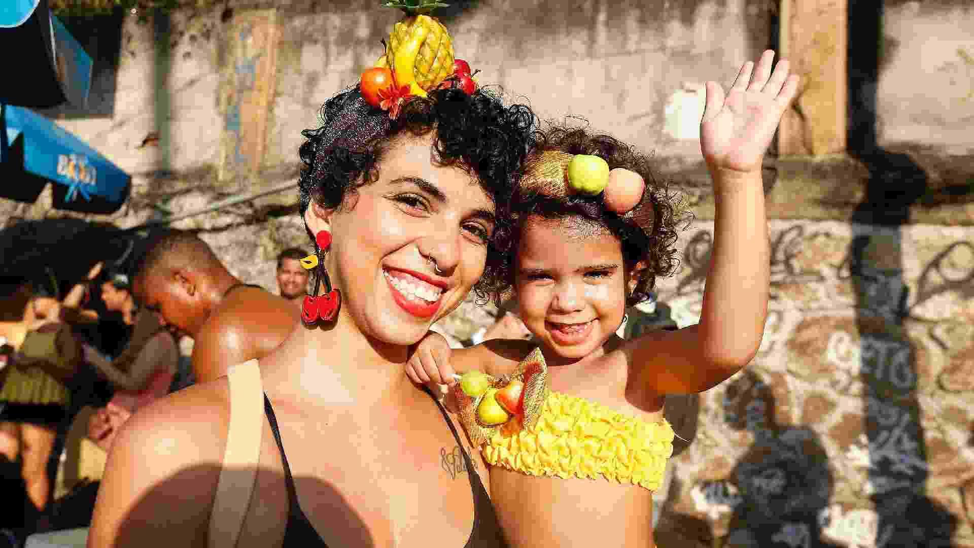 24.fev.2017 - Karla e sua filha Valentina acompanham o Bloco das Carmelitas pelas ruas de Santa Teresa, no Rio de Janeiro - Marcelo de Jesus/UOL