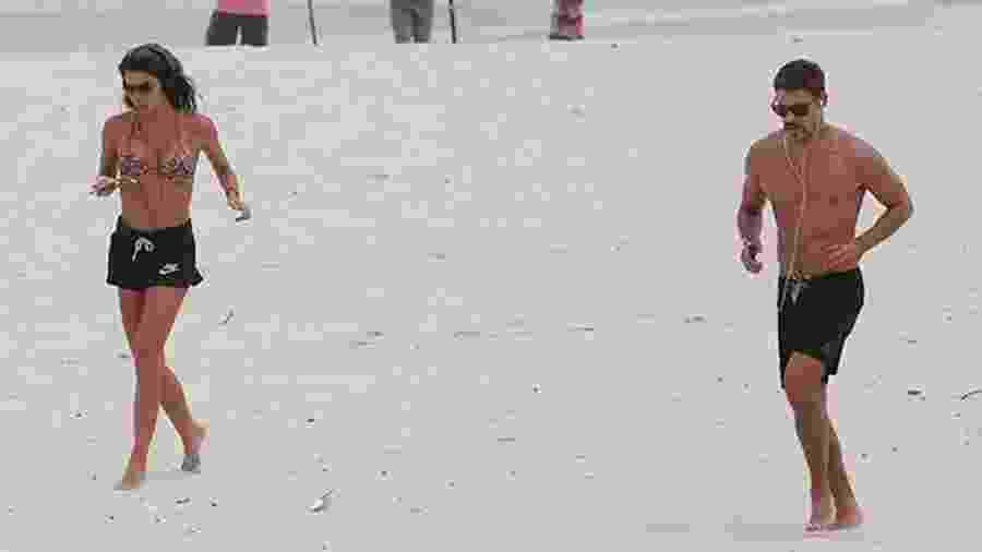 Mariana Goldfarb e Cauã Reymond se exercitam juntos em praia do Rio - Dilson Silva/AgNews