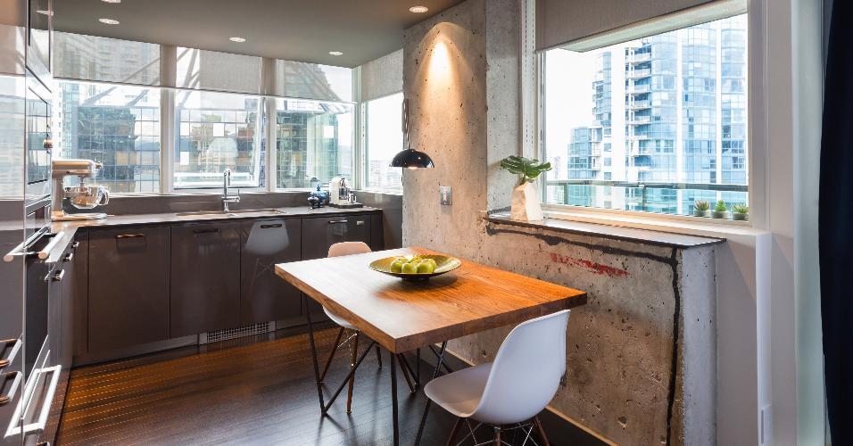 6 m². Nesta ideia do arquiteto Maurício Karam, todos os eletrodomésticos ficam embutidos na marcenaria, aproveitando melhor o local. Além disso, a pintura do teto, que repete o tom da laca dos móveis, dá unidade a decoração.