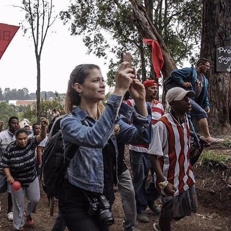 Alinne Moraes em ato político - Reprodução/Instagram