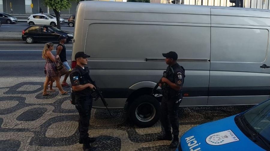 Policiais da UPP de São Carlos recuperam van que prestava serviço para a Globo no Centro do Rio - Reprodução/Twitter