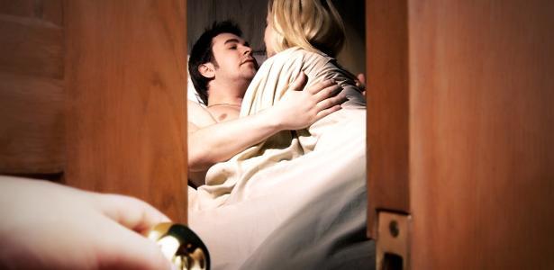 Para algumas mulheres, ver o parceiro fazendo sexo com outra pessoa é prazeroso