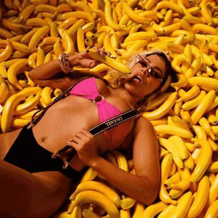 """Anitta nos bastidores do clipe de """"Banana"""" - Reprodução"""