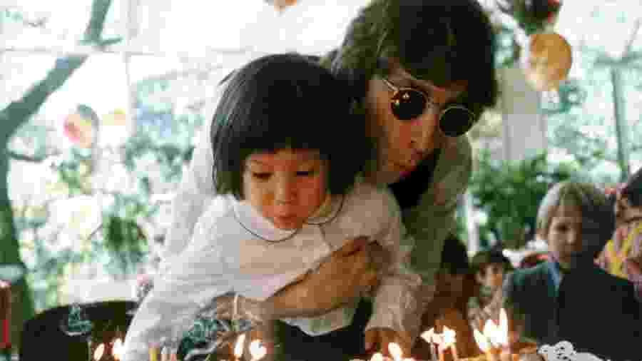 John Lennon e o filho Sean - Reprodução/Twitter