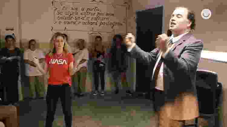 Amora Mautner dirige Claudio Mendes em A Dona do Pedaço - Reprodução/GShow