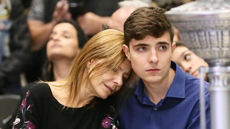 Rose Miriam abraça filho João Augusto durante velório do companheiro Gugu Liberato - Manuela Scarpa e Marcos Ribas/Brazil News