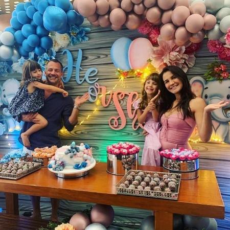 Malvino Salvador e Kyra Gracie ao lado das filhas, Ayra e Kyara  - Reprodução / Instagram