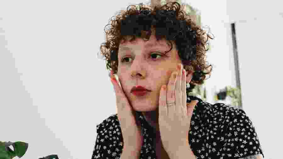 Eu dou leves tapinhas no rosto depois de aplicar a Eau de Beauté - Natália Eiras/UOL