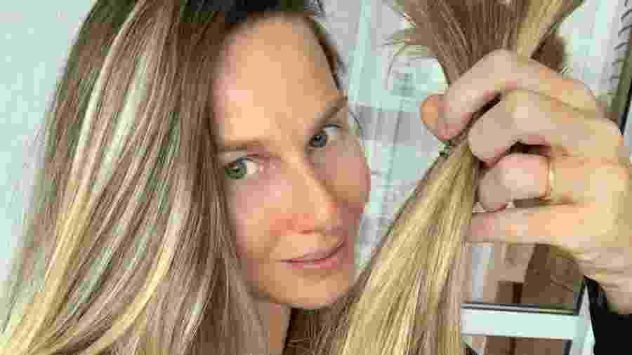 Mariana Weickert mostra a mecha que cortou para doar - Reprodução/Instagram