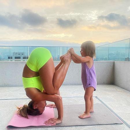 Zoe ajuda Sabrina Sato a fazer ioga - Reprodução/Instagram