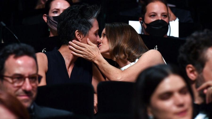 A atriz Jodie Foster beija a mulher, a fotógrafa Alexandra Hedison, no Festival de Cannes 2021  - Stephane Cardinale - Corbis/Corbis via Getty Images