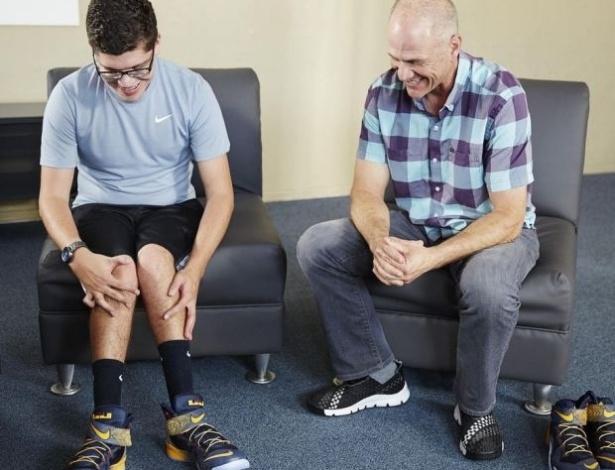Matthew Walzer calçando o modelo especial para pessoas com mobilidade reduzida - Reprodução/still