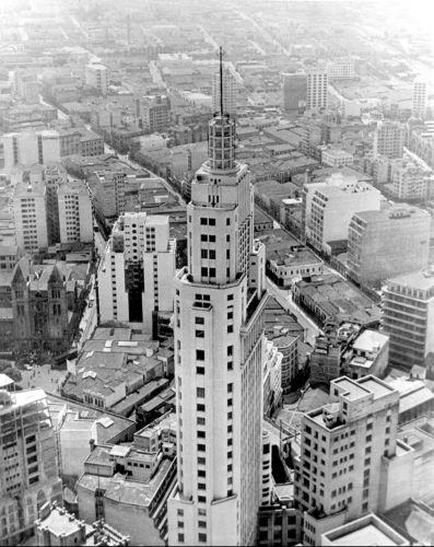 Edifício do Banespa, no centro de São Paulo, o prédio mais alto da cidade na década de 50, hospedou em sua torre a antena da TV Tupi