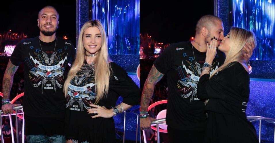 24.set.2015- Grávida, a ex-BBB Aline Gotschalg troca beijos com Fernando Medeiros no Rock in Rio