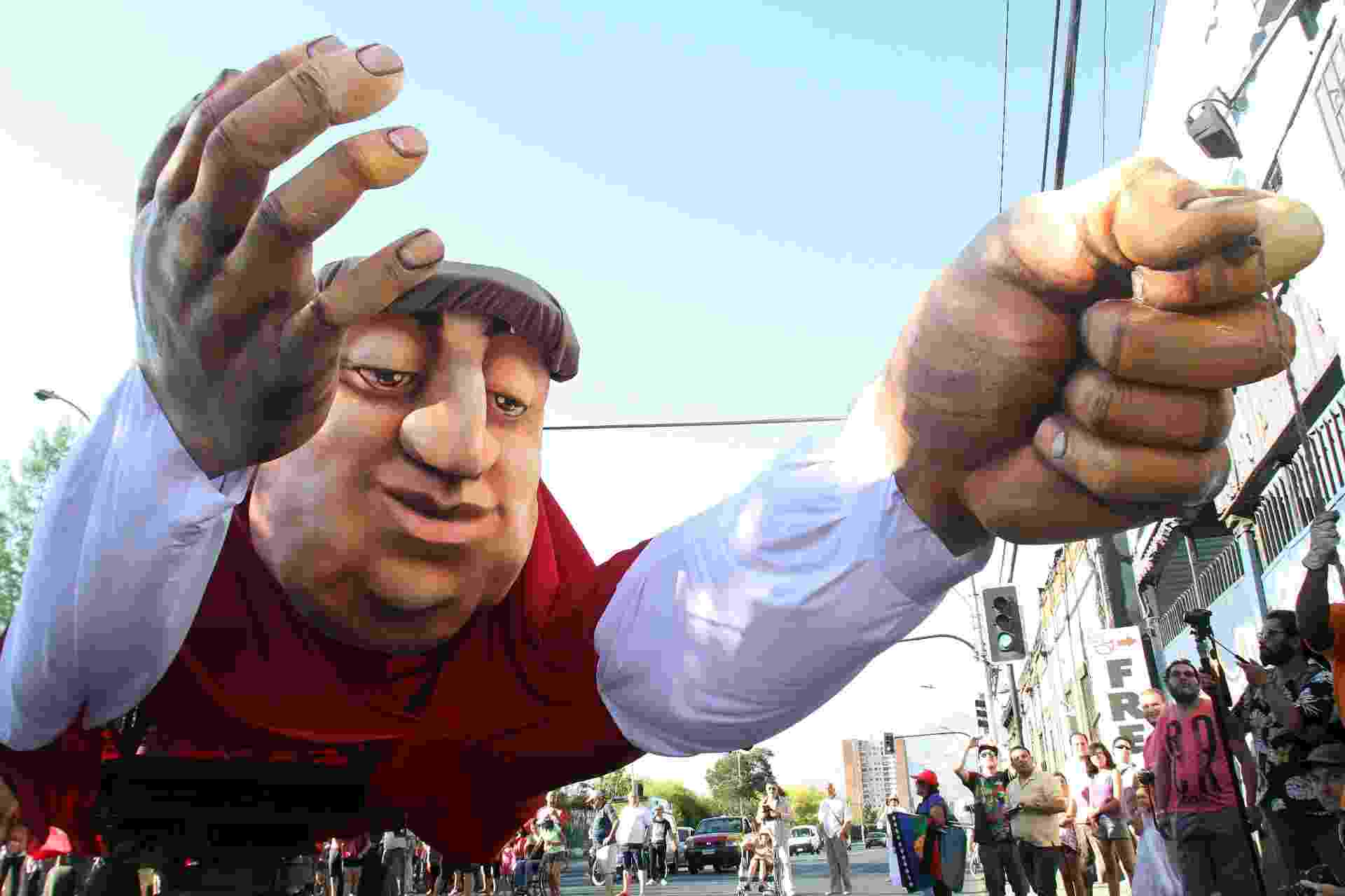 """26.dez.2015 - Uma imagem gigante do poeta chileno e prêmio Nobel de Literatura Pablo Neruda percorre por uma rua de Santiago durante o espetáculo """"Neruda vem voando"""" - EFE/ELVIS GONZÁLEZ"""