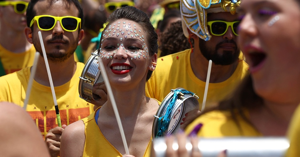 31.jan.2016 - O grupo carioca Monobloco estreia no carnaval de rua de São Paulo. Conhecido pela mistura de ritmos, o bloco desfila pela região do Parque Ibirapuera.