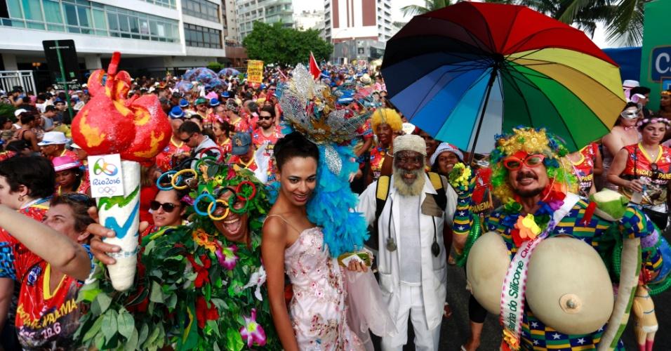 """6.fev.2016 - Foliões com tocha olímpica e até """"silicone"""" curtem o bloco Banda de Ipanema, no Rio"""