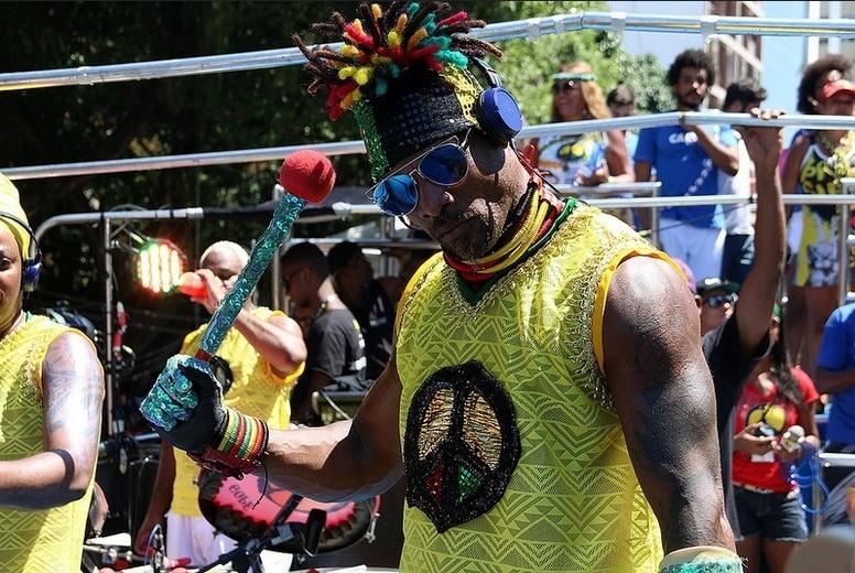 9.fev.2015 - Olodum desfila em trio sem cordas pelo circuito Campo Grande no último dia do Carnaval de Salvador