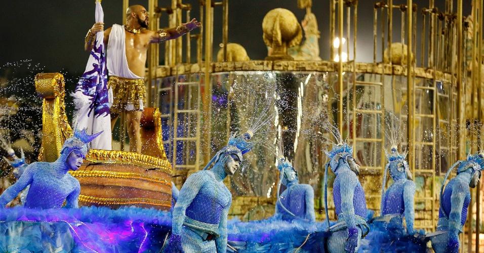 """9.fev.2016 - Comissão de frente da Portela relembrou a """"Odisseia"""" de Homero e veio com 14 bailarinos representando a água. A escola tem o enredo """"No Voo da Águia, Uma Viagem Sem Fim"""", que fez uma viagem por toda a história da humanidade."""