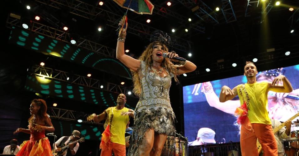 10.fev.2015 - Após a apresentação de Alceu Valença, foi a vez de  Elba Ramalho subir ao palco do Marco Zero e animar os foliões no último dia de Carnaval