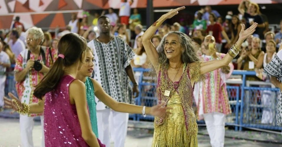 13.fev.2016 - Maria Bethânia interage com público durante o Desfile das Campeãs