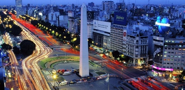 Milhares de argentinos têm saído às ruas de Buenos Aires para protestar