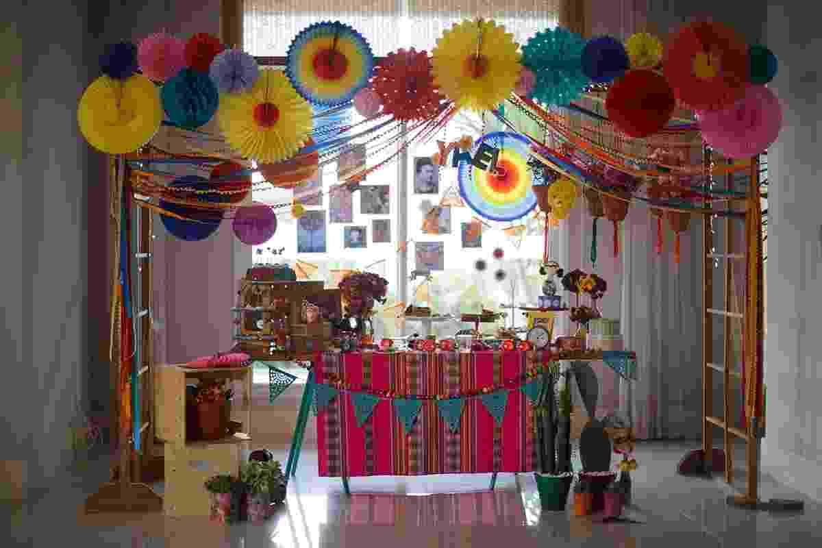 Nada de princesas Disney ou contos de fadas. A festa de um ano da menina Yael teve como tema a artista mexicana Frida Kahlo, um ícone do feminismo e das artes. Sua mãe, Pétria, procurou o serviço de decoração das Festinhas Manuais (www.facebook.com/festinhasmanuais) com o tema já escolhido. Bastava que o sonho se tornasse realidade. Cores fortes, flores e plantas ajudaram a compor o cenário vibrante - Ilana Lichtenstein/Divulgação