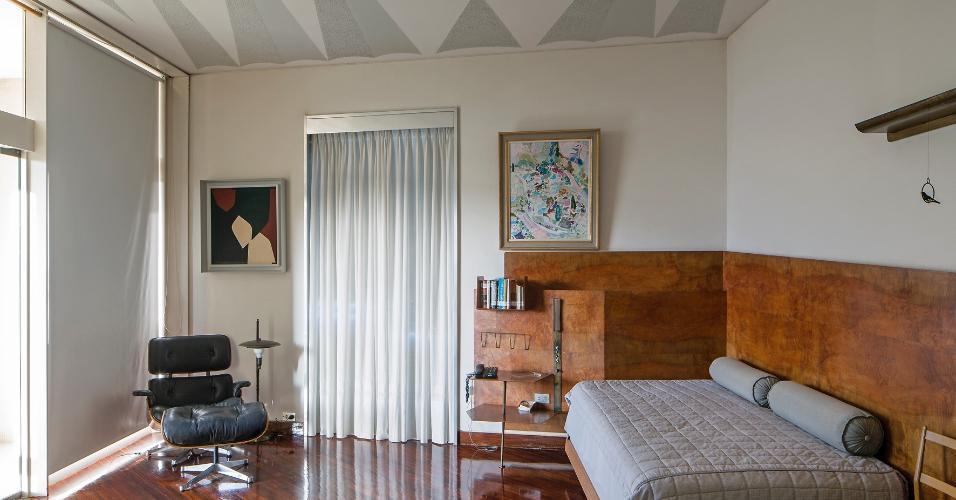 Na Villa Planchart, arquitetura, mobiliário e objetos dialogam entre si: nos dormitórios, as estruturas multifuncionais das camas abrigam iluminação, cinzeiro, porta-livros e prateleiras. O projeto foi realizado nos anos 1950 e é de autoria do arquiteto milanês Gio Ponti, um dos grandes nomes do design italiano
