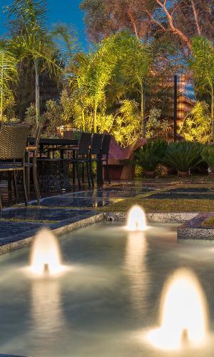 Casa Cor MG 2016 - O Jardim Olimpo, desenvolvido por Nãna Guimarães, dá ênfase aos elementos naturais como plantas, pedras e água para homenagear as Olimpíadas, que foram sediadas no Rio de Janeiro, em 2016. O espelho d'água detém pequenas fontes iluminadas que criam uma atmosfera relaxante e etérea