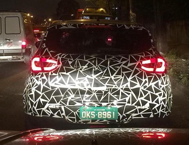 """Tal qual o Chery """"Tigginhno"""", JAC T3 possui vincos agressivos na tampa do porta-malas, inspirados no Hyundai HB20; lanternas usarão LED  - Gerson Mendes/UOL"""