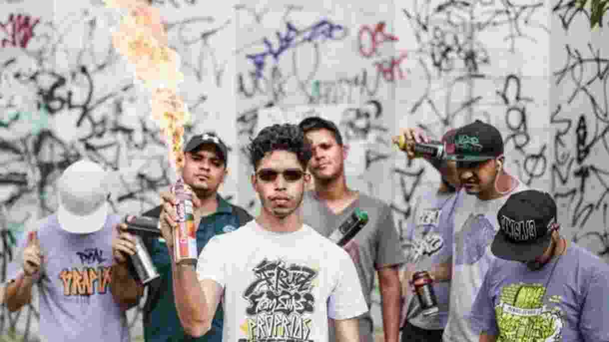 Grupo de pichadores de Belo Horizonte que é alvo de ações na Justiça; ofensiva judicial abriu debate sobre cultura de rua e vandalismo - Bruno Figueiredo/Área de Serviço
