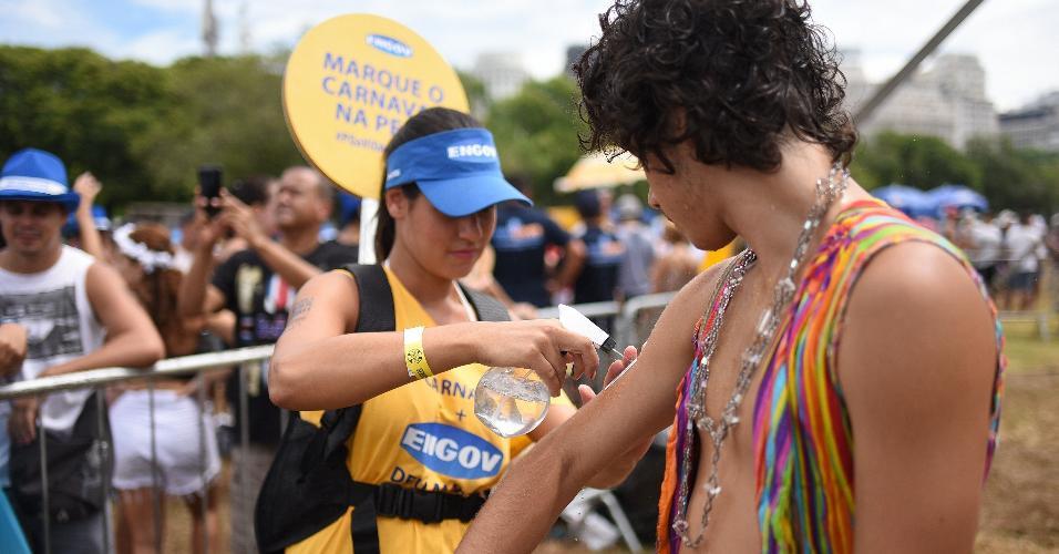 Folião recebe tatuagem temporária enquanto brincava Carnaval no Aterro do Flamengo, no Rio de Janeiro
