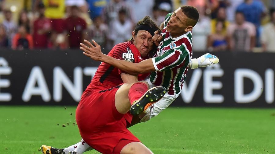Cássio e Richarlison se chocam na partida entre Fluminense e Corinthians pelo Campeonato Brasileiro - Thiago Ribeiro/Agif