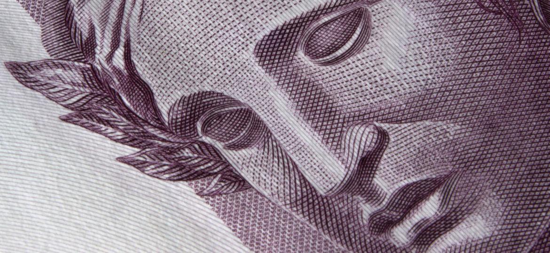Controle, chantagem e humilhação através do dinheiro - iStock