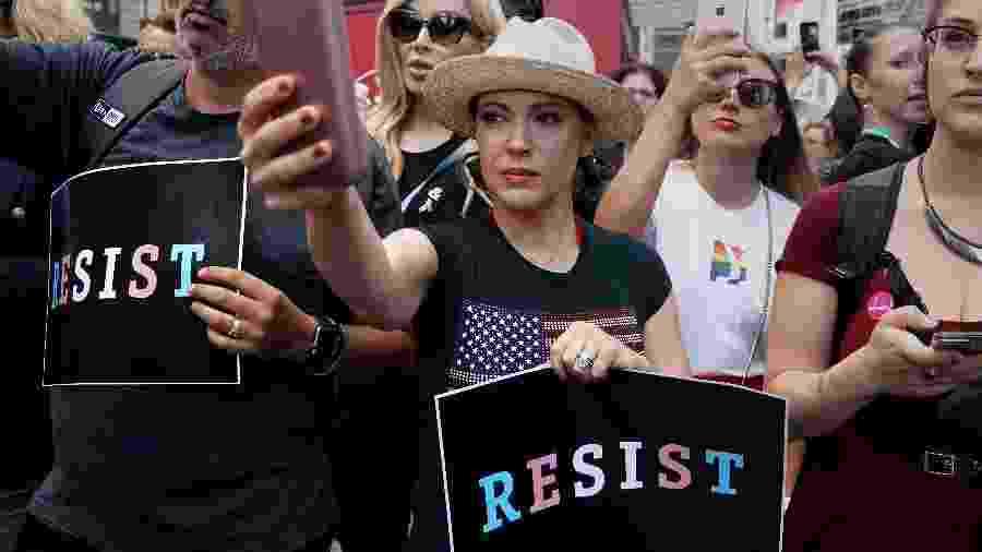 Atriz Alyssa Milano em protesto na Times Square em julho deste ano  - REUTERS/Carlo Allegri