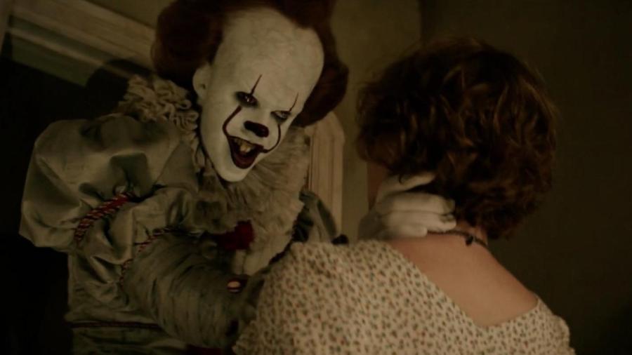 """Bill Skarsgård e Sophia Lillis em """"It: A Coisa"""" (2017), um dos melhores filmes de terror na Netflix - Divulgação"""