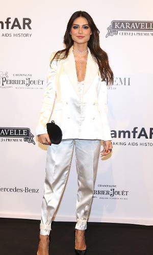 Thaila Ayala também aderiu ao modelito branco para 8ª edição do baile da AmfAR