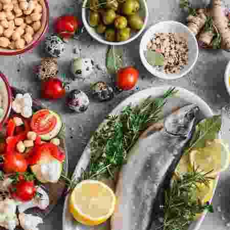 Dieta é focada em frutas e legumes, grãos integrais, feijões e sementes, com algumas nozes e uma forte ênfase no azeite extra-virgem - iStock