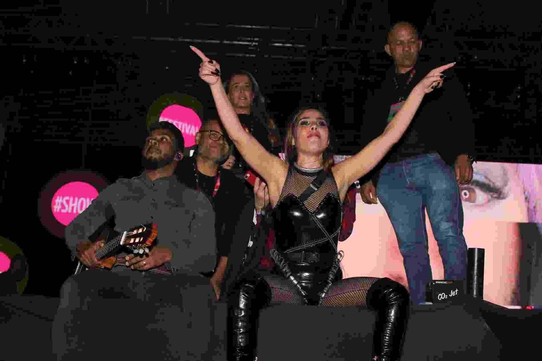 Com as luzes já apagadas, Wanessa Camargo se recusa a deixar o palco e é apoiada pelo público no Milkshake Festival. A mãe, Zilu, observa a situação - Thiago Duran/AgNews