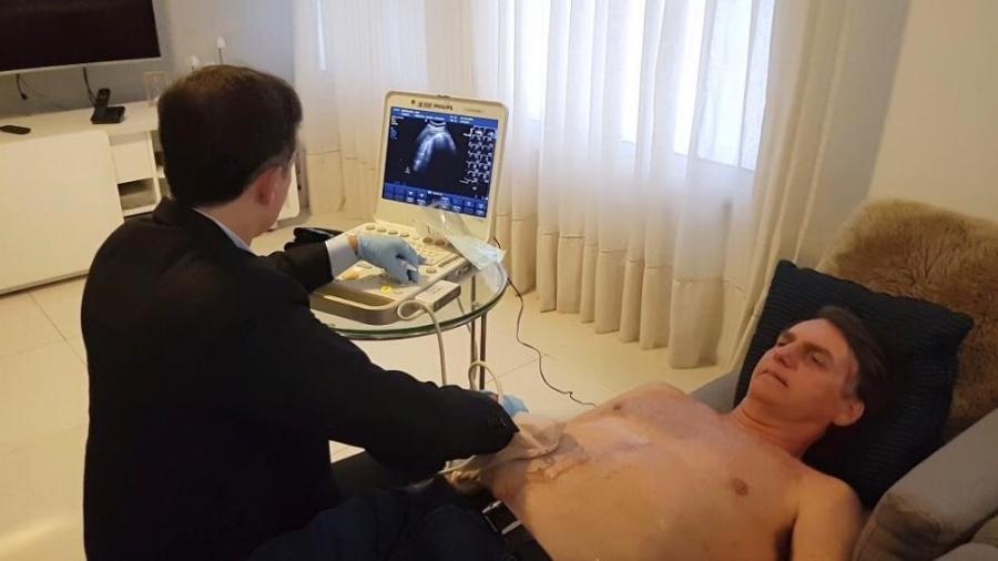 Jair Bolsonaro é atendido em sua casa por médico do hospital Albert Einstein - Reprodução/RecordTV