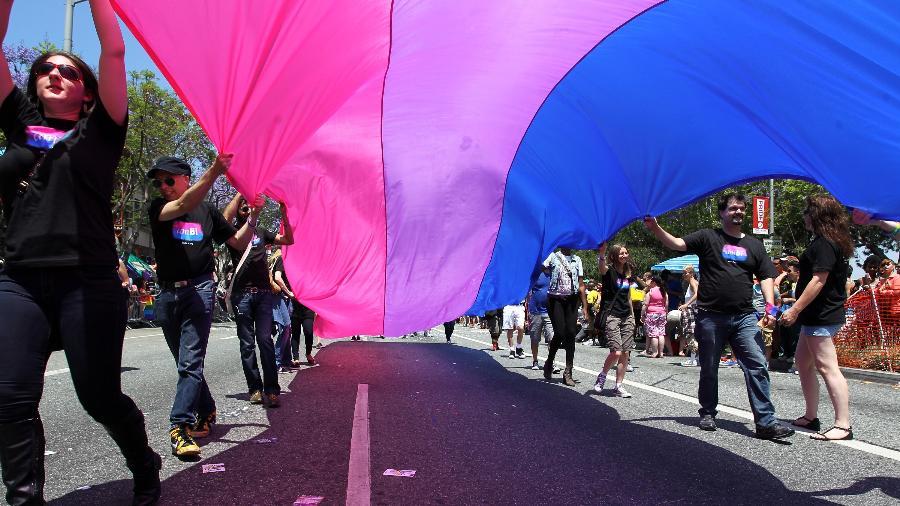 Pessoas protestam com anBi, uma organização bissexual, com a bandeira bissexual na Parada do Orgulho Gay em Los Angeles - Getty Images