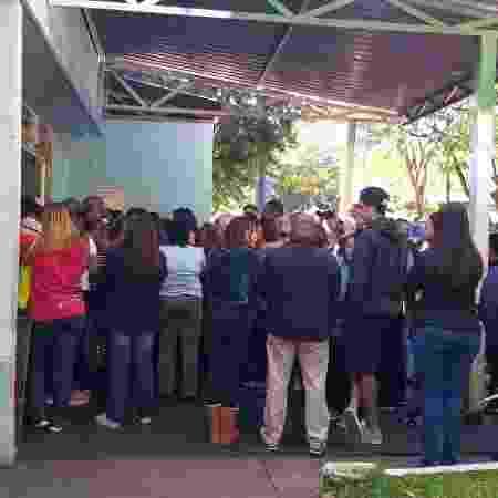 Fila se forma em frente ao local onde ocorre o velório de Rafael Miguel  - Paulo Pacheco/UOL - Paulo Pacheco/UOL