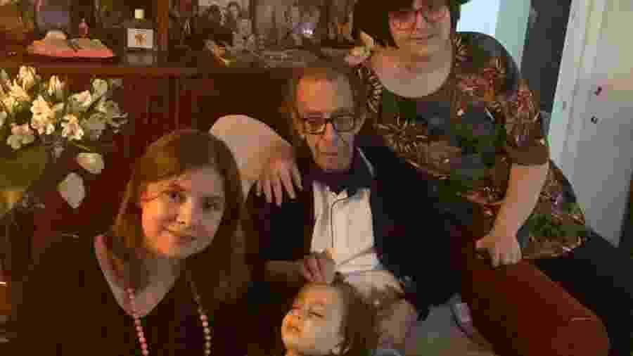 João Gilberto completou 88 anos com a família e neta Sofia, em seu colo; à esq., a nora Adriana Magalhães e, à dir., Alice, filha de Adriana - Reprodução/Facebook