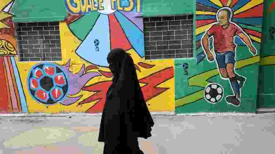 Mulher caminha pelas ruas de Dhaka, em Bangladesh - Mohammad Ponir Hossain/Reuters