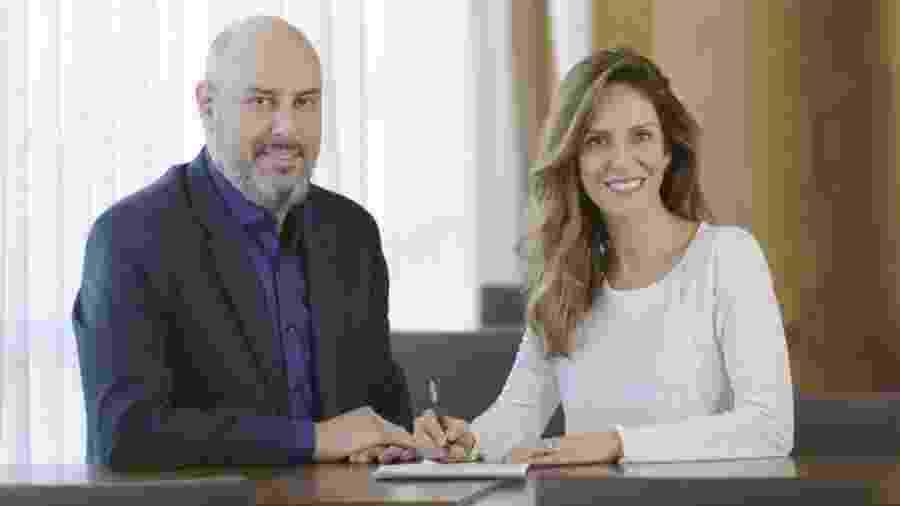 Monalisa Perrone assina contrato com a CNN Brasil; a seu lado o CEO e founder da TV, Douglas Tavolaro - Divulgação/ CNNBrasil - Spokesman