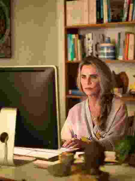 Bruna Lombardi é sexóloga que se envolve em trama política na série - Divulgação