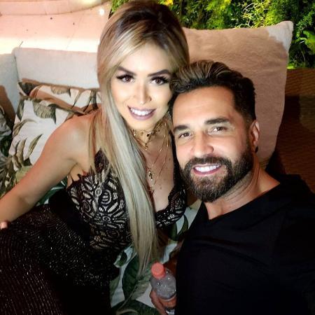 Latino e a noiva, Rafaella Ribeiro; cantor diz que está recebendo apoio financeiro da advogada durante a pandemia - Reprodução/Instagram