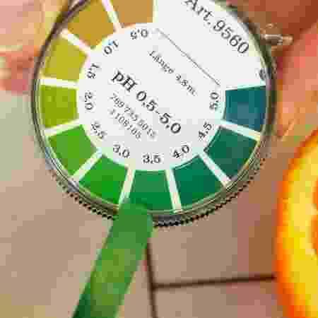 Pessoa medindo pH de alimento - iStock